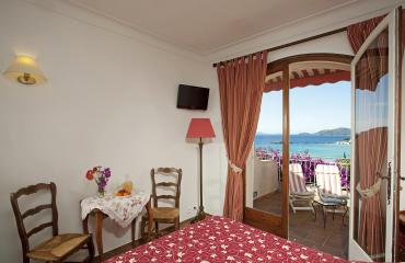 Room with view on the sea and the islands of gold